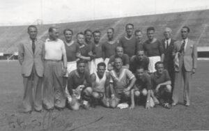 Partecipanti al corso di formazione allo stadio Berta di Firenze 1943 (Foto autografata da Vittorio Pozzo)