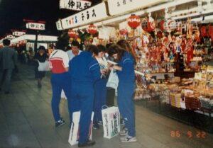 Al mercatino giapponese durante la Coppa Seiyu 1986